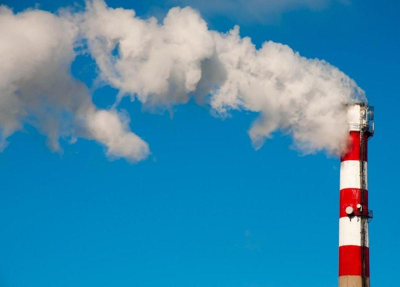 ¿Cómo puede una fábrica reducir sus emisiones de carbono?
