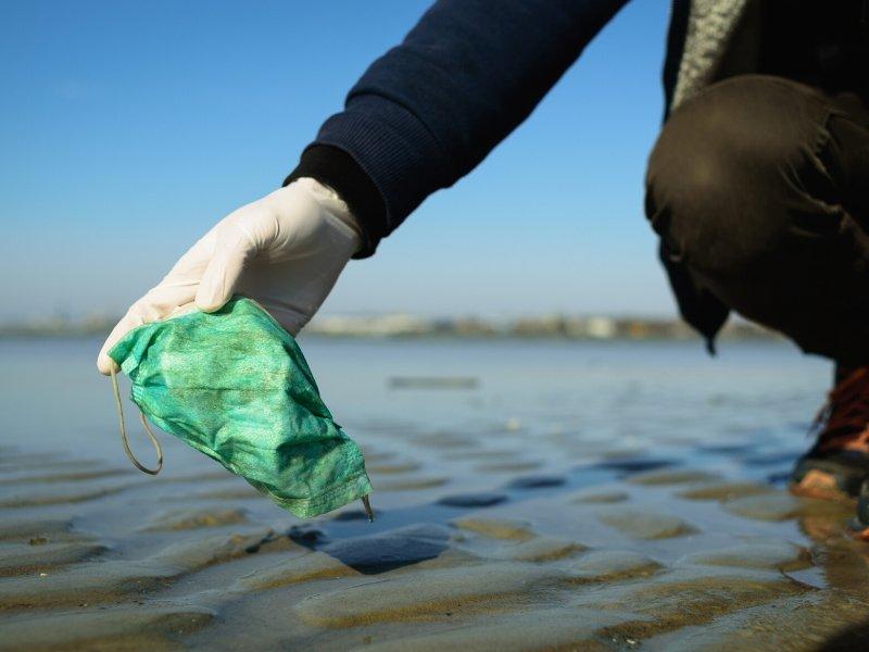 Mascarillas y guantes descartables: amenaza para los océanos